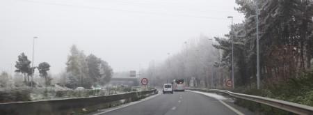 Au cœur de l'hiver, les conditions météo peuvent varier d'un moment à l'autre et les conducteurs doivent s'adapter… à des chutes de neige intempestives qui rendent la route glissante et gênent la visibilité, au verglas qui se dissimule au détour d'un virage ou au bas d'une côte, à la lumière qui faiblit au beau milieu d'un après-midi sans soleil… Quelques conseils pour se déplacer en sécurité.