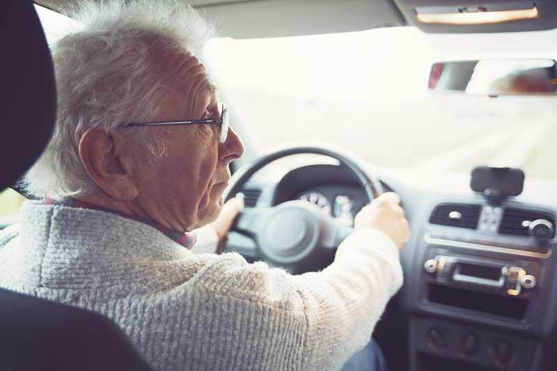Homme senior au volant