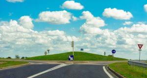 Giratoire sans voiture sous un ciel d'été