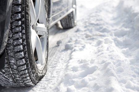 Conduire en cas de chutes de neige ou de route verglacée nécessite toute notre prudence. En plus de cette dernière, et pour plus de sécurité, il existe des équipements spéciaux. Faisons le point dessus. Et n'oubliez pas, hiver comme été, les pneus d'un même essieu doivent être du même type, d'usure équivalente et gonflés à la pression recommandée par le constructeur.