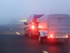 Les conduites par temps clément et par mauvais temps sont très différentes: tous les repères en temps normal peuvent être remis en cause. C'est pour cela qu'une attention supplémentaire est requise lorsque les conditions météo ne sont pas favorables. Il faut ainsi savoir que la pluie multiplie par deux le risque d'accident. Qu'il pleuve, qu'il neige, qu'il vente ou en cas de verglas ou brouillard, un seul mot d'ordre: réduisez votre vitesse et anticipez!