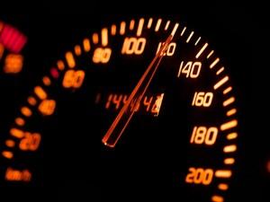 Avec l'alcool, la vitesse à un niveau excessif ou inadapté est une des principales causes de mortalité sur nos routes. Parmi les auteurs présumés d'accidents mortels, ce facteur est relevé chez 46 % de ceux âgés entre 18 et 24 ans.