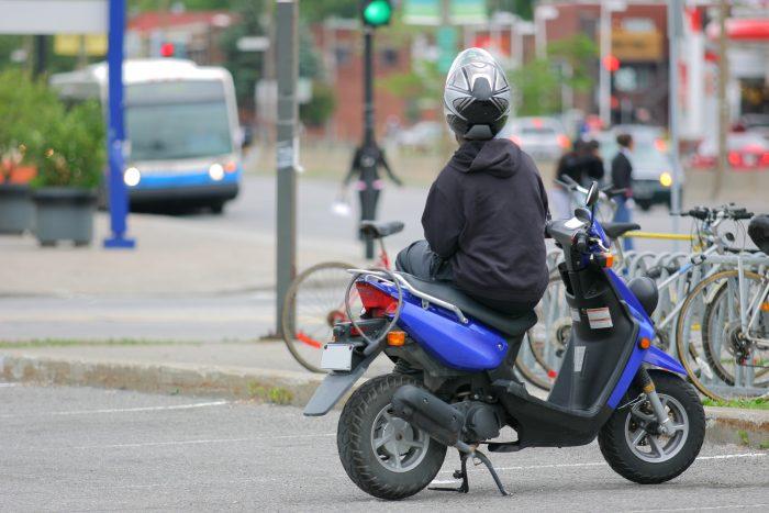 Jeune sur scooter en ville