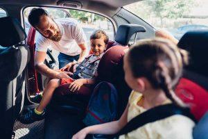 En voiture, un père et ses deux enfants