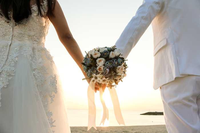 Couple de mariés avec bouquet