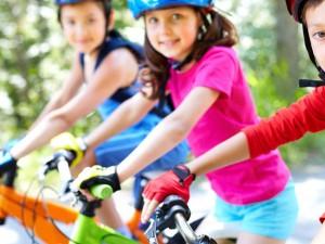 Faire du vélo c'est amusant, écologique et bon pour la santé… mais ça ne s'improvise pas. Pour qu'une balade en famille soit réussie, quelques précautions s'imposent.