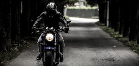 À deux-roues motorisés, l'équipement du conducteur est le seul élément de protection qui permet de réduire les risques de blessures graves. En sachant que7 motards sur 10 ont chuté au moins une fois, il est donc essentiel de ne pas le négliger. Pour rouler en sécurité et puisque vous n'êtes pas à l'abri du mauvais comportement des autres usagers sur la route, vous devez vous équiper de la meilleure manière.