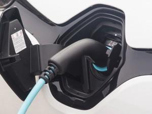 Il a fait sa première apparition au XIXe siècle, mais il faudra bien des années pour que le véhicule électrique s'insère vraiment dans la circulation. Ces dernières années, avec les diverses incitations de l'Etat, sa progression s'emballe. Si vous êtes prêt à passer le cap, voici quelques conseils qui devraient vous faciliter la conduite.