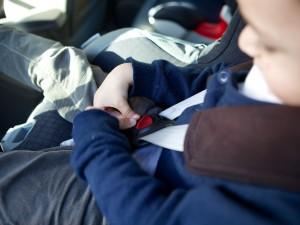 Vous êtes sur le départ pour un long trajet en voiture ou pour de petits sauts chez vos amis ou dans la famille ? Vos enfants ou petits-enfants, avec parfois quelques-uns de leurs amis, vont aussi être du voyage ! Même si vous avez l'habitude de les transporter dans votre voiture, voici quelques conseils utiles pour assurer leur sécurité.