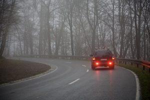 Arrière de voiture feux allumés dans brouillard
