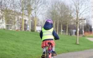 Toujours un casque pour les petits cyclistes
