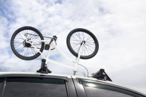 un vélo sur le toit d'une voiture
