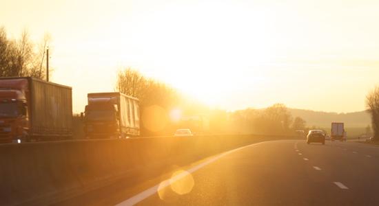 Soleil rasant sur la route des vacances