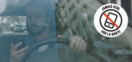 «Jamais seul sur la route» c'est le message que l'association Prévention Routière souhaite diffuser largement pour sensibiliser les Français aux risques de l'utilisation du téléphone sur la route et dans la rue. Car, au-delà des risques du smartphone au volant, son utilisation généralisée, voire addictive, génère de plus en plus de comportements dangereux pour l'ensemble des usagers de la route (piétons, cyclistes…).