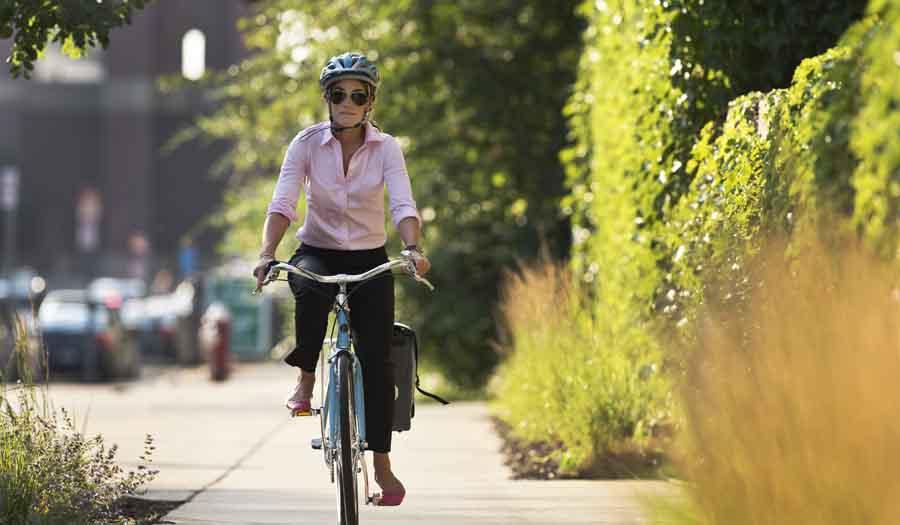 Femme à vélo cycliste en ville