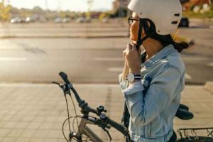 Femme à vélo avec casque