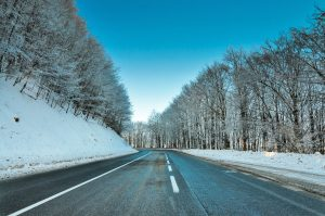 Route dans un paysage de neige