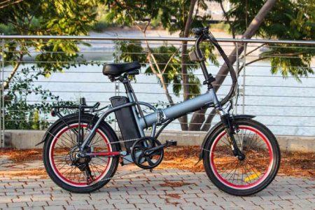 Il a tout du vélo classique, avec un petit supplément technologique que le cycliste apprécie tout particulièrement en montée. Loin d'être réservé aux seuls «paresseux» en mal d'exercice, le VAE circule dans les centres villes comme en tout terrain. Avec pour atouts de favoriser l'activité physique, limiter les bouchons et préserver l'environnement.