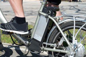 Vélo électrique avec gros plan sur la batterie