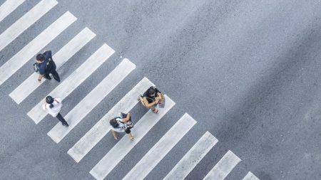En 2017, en France, 138 personnes ont perdu la vie sur un passage piéton. Face à ce constat, le Comité interministériel de la sécurité routière (CISR) avait annoncé le 9 janvier 2018 une nouvelle mesure en faveur de la sécurité routière et plus principalement celle des piétons. Qui vient de voir le jour.