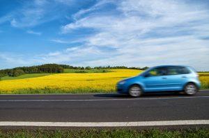 Effet vitesse voiture sur fond de colza