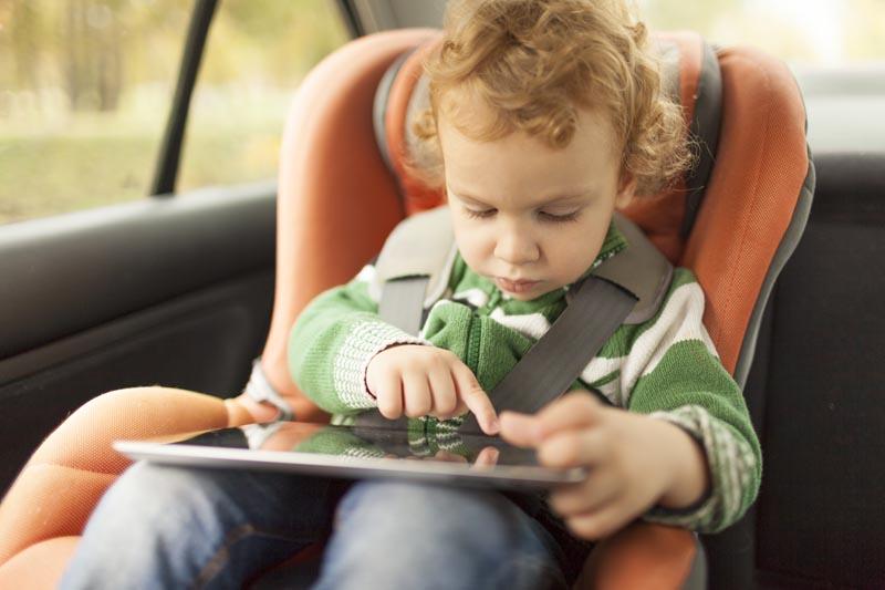 Jeune enfant dans siège autoo