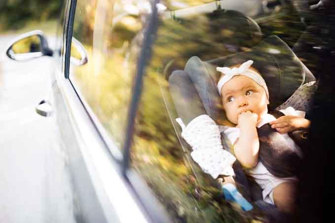 Bébé en voiture bien attaché