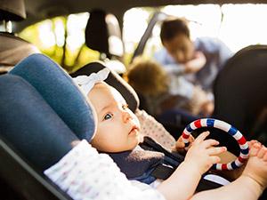 bébé en voiture dos à lla route