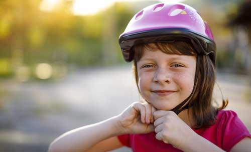Jeune cycliste avec casque