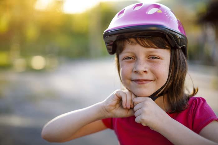 Enfant à vélo casqué