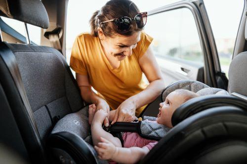 Bébé dos à la route