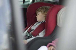 Enfant endormi en siège auto