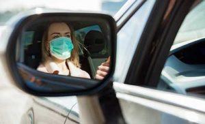Femme au volant avec masque