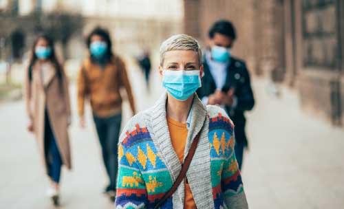 Piéton en ville avec lmasque