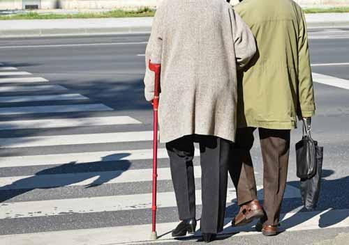 Piétons âgés sur passage