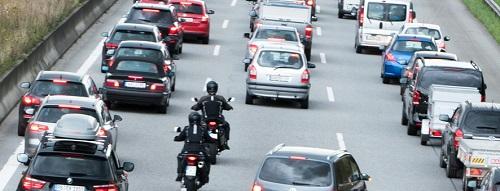 Motos en circulation interfile entre les voitures